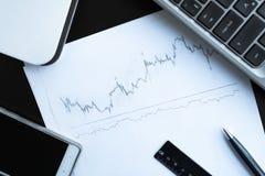 Aktienkurve und Wanne Stockfotografie