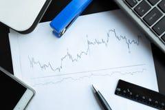 Aktienkurve und Wanne Stockfotos