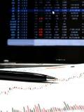 Aktienkurvedaten Stockfotos
