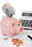 Aktienpreise mit piggy Querneigung und Geld Stockfotos
