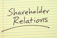Aktionär-Beziehungen auf einem gelben Kanzleibogenblock Stockbilder