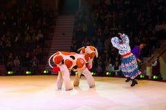 Aktion der Clowngruppe Moskau-Zirkusses auf Eis Stockbild