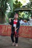 Aktion durch die jungen Waisen einer Kakaos, des Kaffees und der Gewürzplantage am Dorf von Kalibaru in Ost-Java Indonesia stockbild