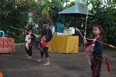 Aktion durch die jungen Waisen einer Kakaos, des Kaffees und der Gewürzplantage am Dorf von Kalibaru in Ost-Java Indonesia stockfotos