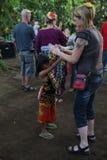 Aktion durch die jungen Waisen einer Kakaos, des Kaffees und der Gewürzplantage am Dorf von Kalibaru in Ost-Java Indonesia lizenzfreie stockbilder