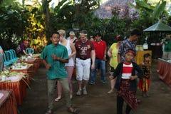 Aktion durch die Waisen einer Kakaos, des Kaffees und der Gewürzplantage am Dorf von Kalibaru in Ost-Java Indonesia stockbild