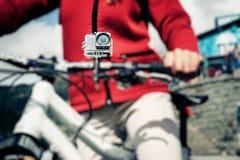 Aktions-Kamera angebracht an der Mountainbike Stockbild