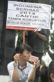 AKTIONS-UND BLICK-HÜBSCHE DORF-MAKE-UPstudenten FÜR INDONESIEN 2014 stockbilder