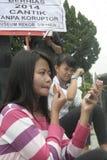 AKTIONS-UND BLICK-HÜBSCHE DORF-MAKE-UPstudenten FÜR INDONESIEN 2014 stockbild