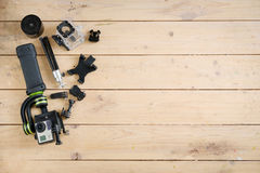 Aktionskamera auf dem Holztisch mit einem Stabilisator Stockfoto
