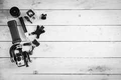 Aktionskamera auf dem Holztisch mit einem Stabilisator Lizenzfreies Stockbild