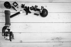Aktionskamera auf dem Holztisch mit einem Stabilisator Stockfotografie