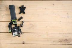 Aktionskamera auf dem Holztisch mit einem Stabilisator Stockbild