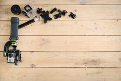 Aktionskamera auf dem Holztisch mit einem Stabilisator Lizenzfreies Stockfoto
