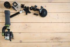 Aktionskamera auf dem Holztisch mit einem Stabilisator Lizenzfreie Stockfotografie