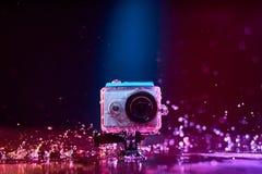 Aktionskamera gespritzt mit Wasser Lizenzfreie Stockfotos
