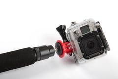 Aktionskamera mit dem Handstock lokalisiert auf Weiß Lizenzfreies Stockfoto