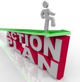 Aktionsplan - Mann auf Pfeil über Wörtern Lizenzfreie Stockfotografie