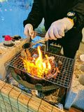 Aktionsschuß, der frische große Auster über Flamme kocht stockbilder
