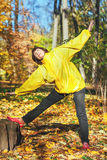 Aktiv äldre kvinna som gör gymnastiska övningar i skoggläntan Royaltyfria Foton