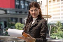 Aktiv affärskvinna Working arkivfoto