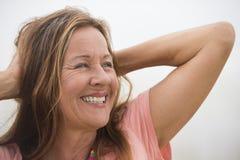 Aktiv attraktiv lycklig mogen kvinnastående royaltyfria foton