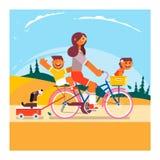Aktiv familjsemester Modern, sonen och dottern rider på cyklar i parkera också vektor för coreldrawillustration Royaltyfri Bild