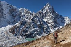 Aktiv fotvandrare som trekking i Nepal in mot en höjd Arkivbild