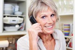 Aktiv hög kvinna på telefonen Arkivbilder