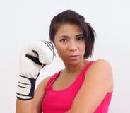 Aktiv kvinna med boxninghandskar Royaltyfria Bilder