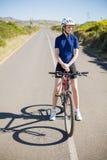 Aktiv kvinna med hennes cykel Royaltyfri Fotografi