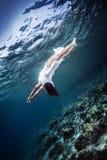 Aktiv kvinna som dyker till havsbotten Royaltyfri Fotografi