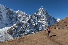 Aktiv kvinnafotvandrare som trekking i Nepal in mot a Royaltyfri Foto