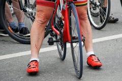 Aktiv livsstil: Ben av den sårade cyklisten på fullföljandet av bet arkivbild