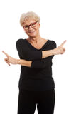 Aktiv och lycklig hög kvinna royaltyfria bilder