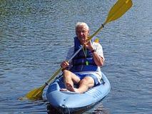 Aktiv pensionär som kayaking Royaltyfria Foton