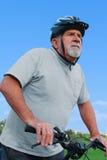 Aktiv pensionär som rider en cykel Fotografering för Bildbyråer
