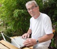 Aktiv pensionerad person och modernt Arkivfoton