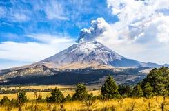 Aktiv Popocatepetl vulkan i Mexico Royaltyfria Foton