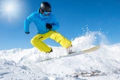 Aktiv snowboarder i berg Arkivfoto