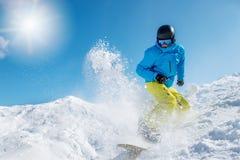 Aktiv snowboarding för ung man Royaltyfri Foto
