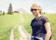 aktiv sommar Porrait för ung man på bergdallandscapen Arkivbilder
