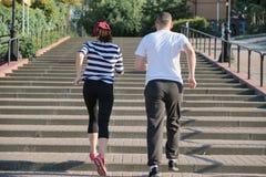 Aktiv sund livsstil av mogna par Medel?lders man och kvinna som uppf?r trappan k?r, sikt fr?n baksidan arkivbilder