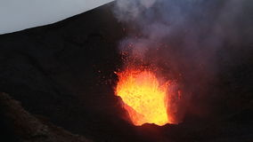 Aktiv Tolbachik för nattutbrott vulkan på Kamchatka Ryska Far East stock video