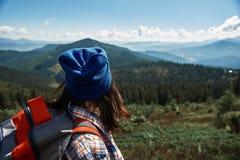 Aktiv turist som tycker om härlig sikt från bergkullen royaltyfria bilder