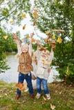 Aktiva barn som har gyckel Arkivfoton