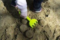 Aktiva barns för sommar lekar i sandlådan fotografering för bildbyråer