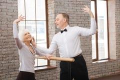Aktiva behagfulla pensionärer som dansar i konststudion Fotografering för Bildbyråer
