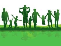 Aktiva familjer utomhus Fotografering för Bildbyråer