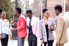 Aktiva gatadiskussioner av afro folk arkivbilder